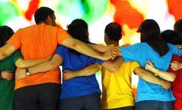 gruppo abbracciato schiena